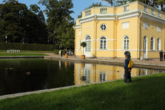 Sommerpavillon auf dem Ufer des Spiegel-Teichs. Tsarskoye Selo, Russland. Lizenzfreies Stockbild