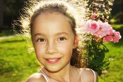 Sommerporträt des glücklichen netten Mädchens mit Blume Lizenzfreie Stockbilder