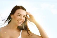 Sommerporträt des schönen Mädchenlächelns stockbilder