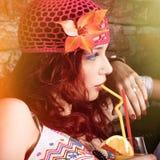 Sommerporträt des trinkenden Safts der jungen schönen boho Art-Frau mit Strohprofilansicht stockfotografie