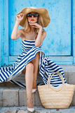 Sommerporträt einer Frau in einem Strohhut Lizenzfreie Stockfotografie