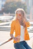 Sommerporträt eines Mädchens mit einem Getränk in der Stadt Stockbilder