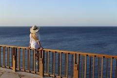 Sommerporträt im Freien der jungen hübschen Frau, die zum Meer schaut lizenzfreies stockbild
