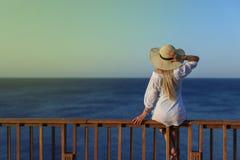 Sommerporträt im Freien der jungen hübschen Frau, die zum Meer schaut lizenzfreie stockbilder