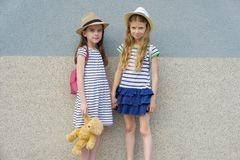 Sommerporträt im Freien von zwei glücklichen Freundinnen 7,8 Jahre Händchenhalten lizenzfreie stockfotografie