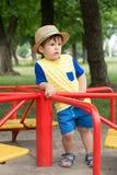 Sommerporträt-Kleinkindjunge im Strohhut lizenzfreies stockbild