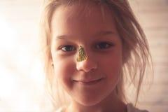 Sommerporträt mit lächelndem Mädchen und Schmetterling auf ihrer Nase, die Liebe zur Natur und zur Güte symbolisiert lizenzfreies stockfoto