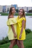 Sommerporträt von modernen jungen Mädchen im Gelb kleidet im Freien Lizenzfreies Stockfoto