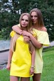 Sommerporträt von modernen jungen Mädchen im Gelb kleidet im Freien Stockbild