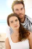 Sommerportrait der jungen Paare auf Strand lizenzfreie stockbilder
