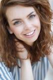 Sommerportrait eines schönen Mädchens Stockfotografie