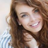 Sommerportrait eines schönen Mädchens Stockbilder