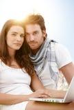 Sommerportrait mit jungen Paaren mit Laptop Stockfotos