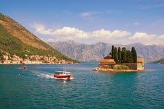 Sommerreise Ansicht der Bucht von Stadt Kotor, Perast und von Insel von St. Lizenzfreies Stockbild