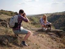 Sommerreise eines jungen Paares mit einem Hund im Land Lizenzfreie Stockfotografie