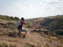 Sommerreise eines jungen Paares mit einem Hund im Land Stockfotos