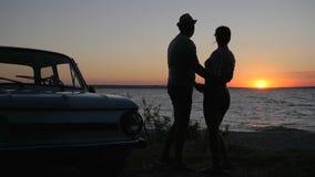 Sommerreise von jungen Paaren in der Liebe, zum von Meer, romantische Reise unterzustützen von Liebhabern auf Seeseite im Sonnenu stock video footage