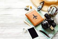 Sommerreise-Wanderlustkonzept, Raum für Text Kartenkamerasonne lizenzfreies stockbild