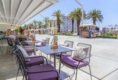 Sommerrestauranttabelle im Freien Spalte, Dalmatien, Kroatien lizenzfreie stockbilder