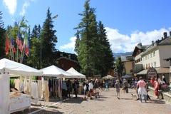 Sommersaison in Madesimo, Straßenmarkt Stockbild