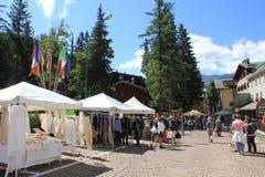 Sommersaison in Madesimo, Straßenmarkt Stockfotografie