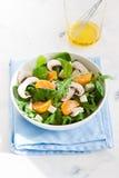 Sommersalade met raketsalade, mandarin, paddestoelen en kaas gorgonzola in een witte ceramische kom Royalty-vrije Stock Fotografie
