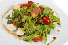 Sommersalat mit geräuchertem Lachs Stockfotos