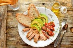 Sommersalat mit Thunfisch, Avocado und sonnengetrockneten Tomaten Stockfotografie