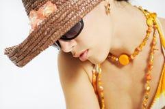 Sommerschönheit mit Sonnenbrillen stockfoto