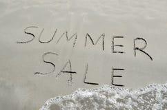 Sommerschlussverkauf geschrieben in den Sand Lizenzfreies Stockfoto