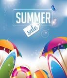Sommerschlussverkauf-Hintergrund mit Regenschirmen und Surfbrettern Lizenzfreie Stockfotografie