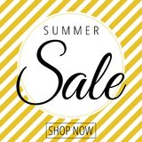 Sommerschlussverkauf im weißen Kreis auf goldenem weißem Schrägstreifenhintergrundvektor lizenzfreie abbildung