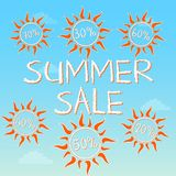 Sommerschlussverkauf mit verschiedenen Prozentsätzen in den Sonnen Lizenzfreies Stockbild