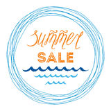 Sommerschlussverkauffahnenschablone, Hand gezeichnetes letterig Element, Meereswellen, Kreisrahmen Stockfotos