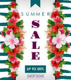 Sommerschlussverkaufhintergrund mit tropischen Blumen Bis 50% stock abbildung