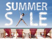 Sommerschlussverkaufwolke mit dem Mädchen, das über Strandstühle springt Lizenzfreies Stockfoto