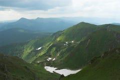 Sommerschnee in den Bergen Stockfotografie