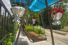 Sommerschwingen verziert mit Blumen Stockbild