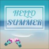 Sommerseehintergrund mit Beschriftungshallo SOMMER und -Flipflops Stockbilder