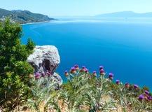 Sommerseeküstenlinieansicht (Kroatien) Stockfotos