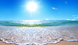 Sommerseelandschaft mit dem Solarhimmel Stockbild