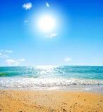 Sommerseelandschaft mit dem Solarhimmel Stockfotos