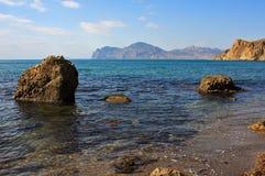 Sommerseelandschaft mit Fluss-Steinen Lizenzfreie Stockfotografie