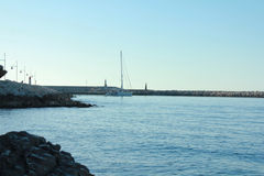 Sommersegelboot an der Bucht Lizenzfreie Stockfotos