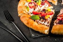 Sommersnäcke Frucht-Pizza lizenzfreie stockfotos