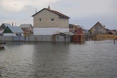 Sommerso alle case estive dell'inondazione della molla Immagine Stock Libera da Diritti