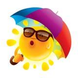 Sommersonne mit einem Regenschirm Stockbilder