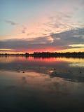 Sommersonnenaufgang auf dem Fluss Stockfotos