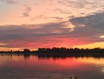 Sommersonnenaufgang auf dem Fluss Stockfotografie