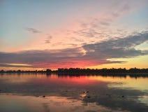 Sommersonnenaufgang auf dem Fluss Lizenzfreies Stockbild